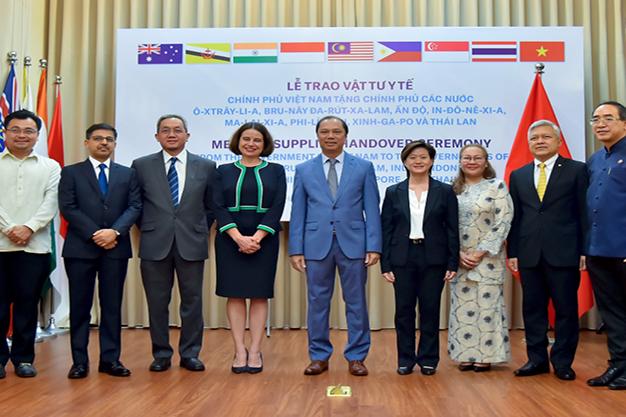 Việt Nam tặng vật tư y tế hỗ trợ 8 nước ứng phó COVID-19